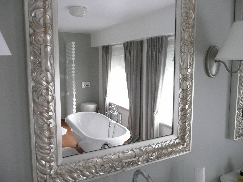 Badkamer Gordijnen : linnen gordijnen gedrapeerd badkamer weerspiegelt ...